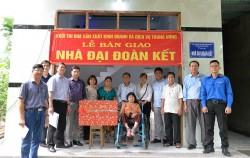 Trưởng Khối thi đua SXKD và DV Trung ương tại Bình Định tặng nhà Đại đoàn kết