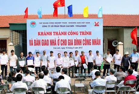 Lãnh đạo Công ty CP Than Cao Sơn chụp ảnh lưu niệm với các hộ công nhân được bàn giao nhà ở.
