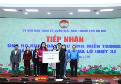 EVNNPC trao tiền ủng hộ đồng bào miền Trung và quỹ Vì người nghèo