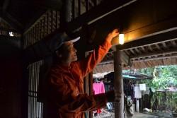 PC Thái Nguyên thay bóng đèn tiết kiệm điện cho hộ nghèo