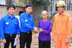 PC Hưng Yên thay bóng đèn tiết kiệm điện cho hộ nghèo