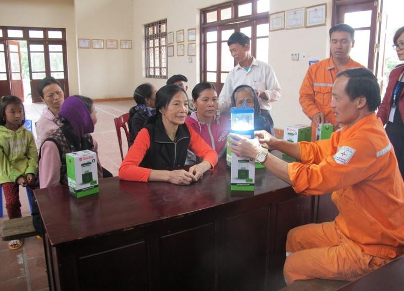 PC Bắc Ninh tặng 2.000 chiếc đèn pin cho gia đình khó khăn 1