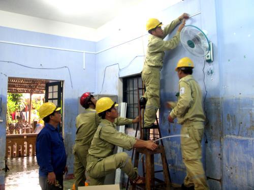 Truyền tải điện Phú Yên hỗ trợ người dân ổn định sau lũ 2