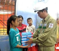 Truyền tải điện Phú Yên hỗ trợ người dân ổn định sau lũ