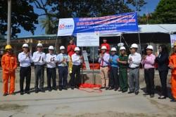 Gắn biển Công trình cấp điện lưới quốc gia ra xã đảo Tiên Hải