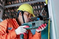 EVNHANOI sửa chữa, lắp đặt điện cho 100% hộ nghèo huyện Thanh Oai