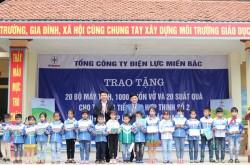 EVNNPC tặng quà cho trường học tiểu học tại Bắc Giang