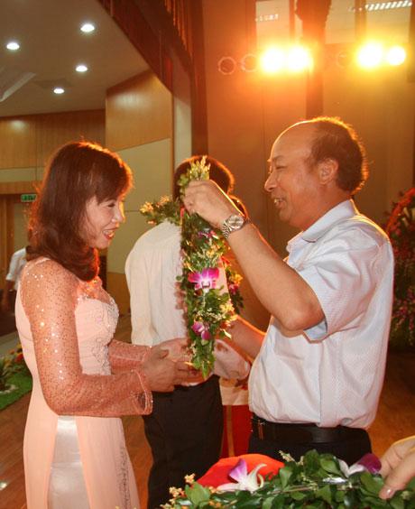 TGĐ Tập đoàn trao vòng nguyệt quế cho công nhân tiêu biểu trong Tháng Công nhân