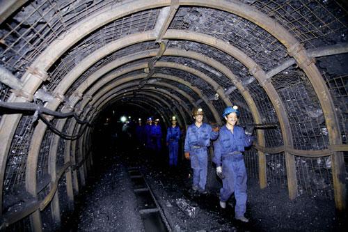 Thợ mỏ Vinacomin vẫn luôn lạc quan, thi đua lao động sản xuất trên tầng than, dưới đường lò