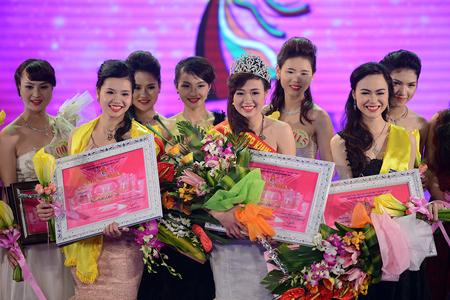 Các thí sinh đăng quang trong cuộc thi