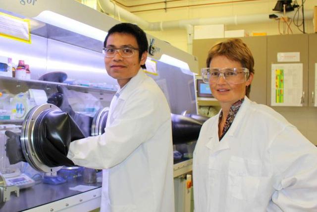 Nghiên cứu sinh Thế Dương và Giáo sư Kylie Catchpole trong phòng thí nghiệm tế bào năng lượng mặt trời tại ĐH Quốc gia Australia.