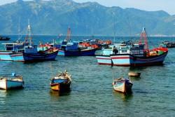Lắp đặt pin mặt trời cho ngư dân bám biển dài ngày