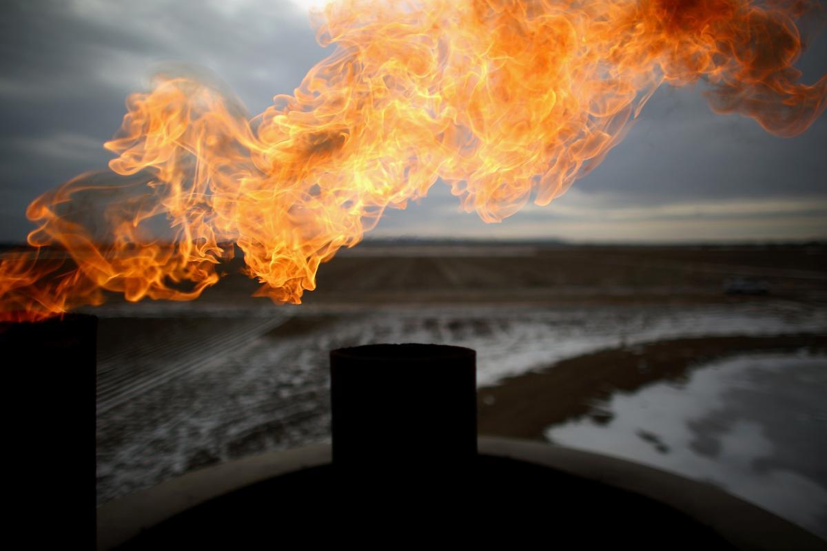 Giá dầu thế giới trước nguy cơ