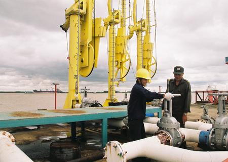 Tại Việt Nam hiện có hai nhà máy sản xuất xăng A92 từ nguồn condensate: Nhà Máy Chế Biến Condensate tại Thị Vải thuộc Tổng Công ty Dầu Việt Nam (PV Oil) và Nhà Máy Chế Biến Condensate Cát Lái thuộc Saigon Petro