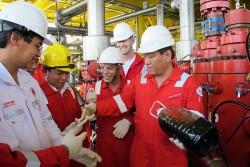 Giàn H4 mỏ Tê Giác Trắng đã đón dòng dầu đầu tiên