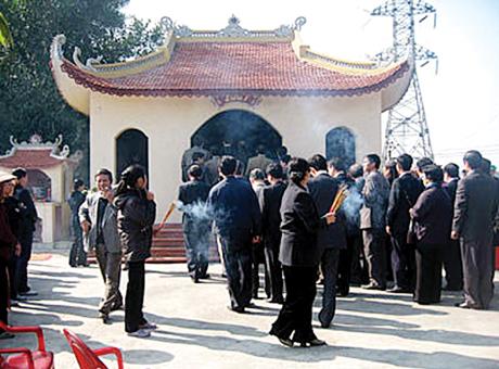 Miếu cổ Trại Hà trong khu vực điểm khai thác than đầu tiên của Việt Nam ở xã Yên Thọ , huyện Đông Triều. Ảnh: TƯ LIÊU