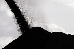Rót tấn than đầu tiên từ khai trường xuống tàu biển