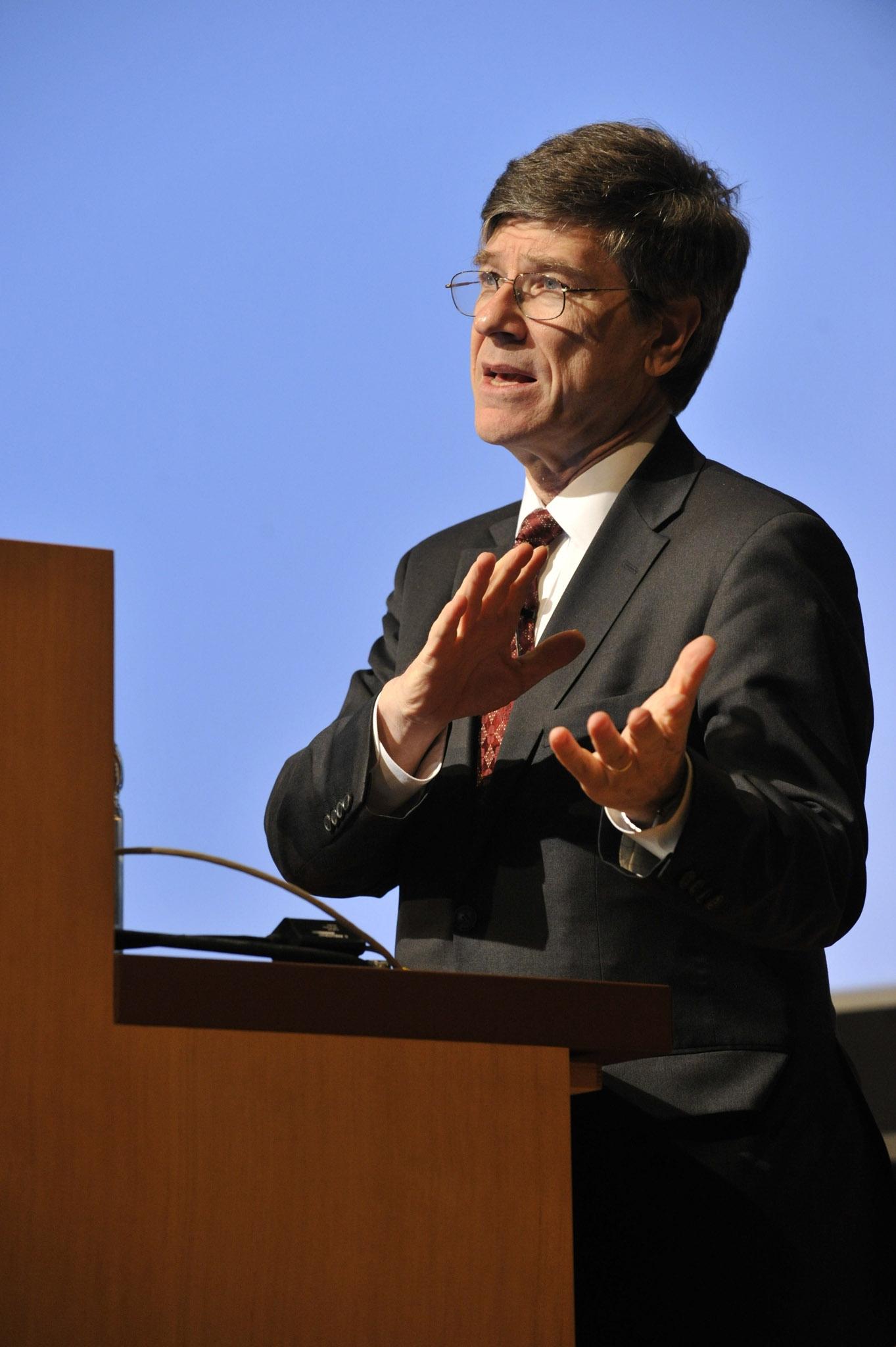 Nhà kinh tế Jeffrey Sachs, giám đốc Viện Trái đất. Ảnh: harvard.edu.