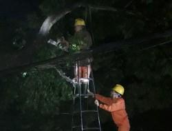 PC Yên Bái xuyên đêm khắc phục sự cố điện do giông lốc, mưa đá