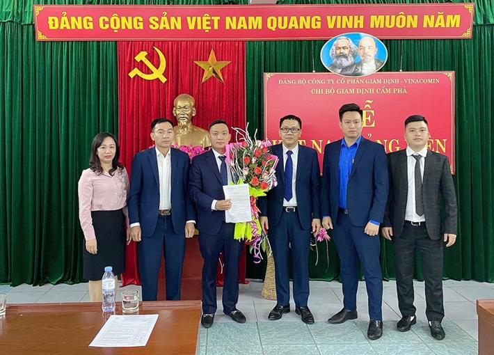 Đảng bộ Công ty Cổ phần Giám định - Vinacomin kết nạp đảng viên mới