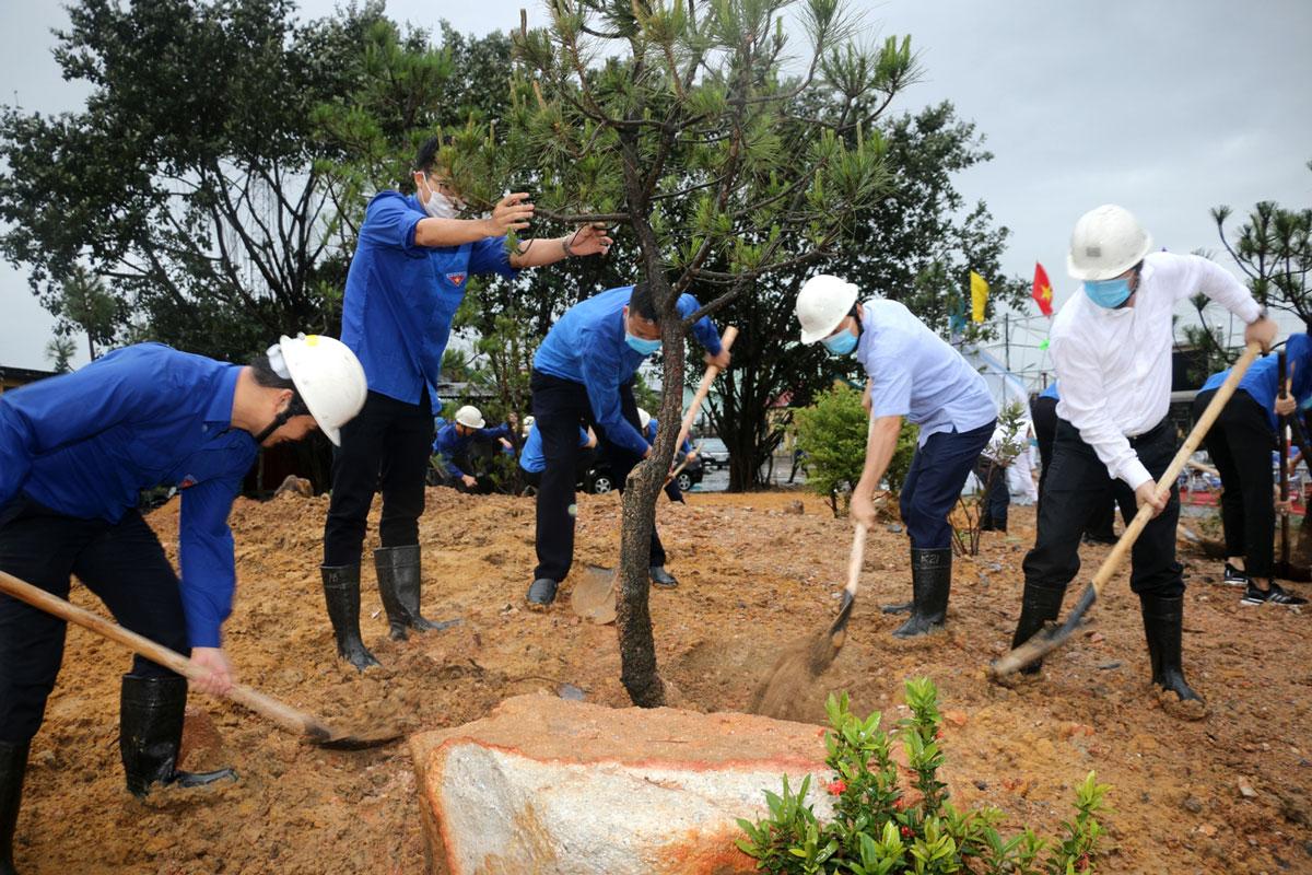 Đoàn TN Than Mạo Khê gắn biển công trình thanh niên và phát động Tết trồng cây