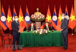 EVN trao đổi hợp đồng mua bán điện với các chủ đầu tư thủy điện tại Lào