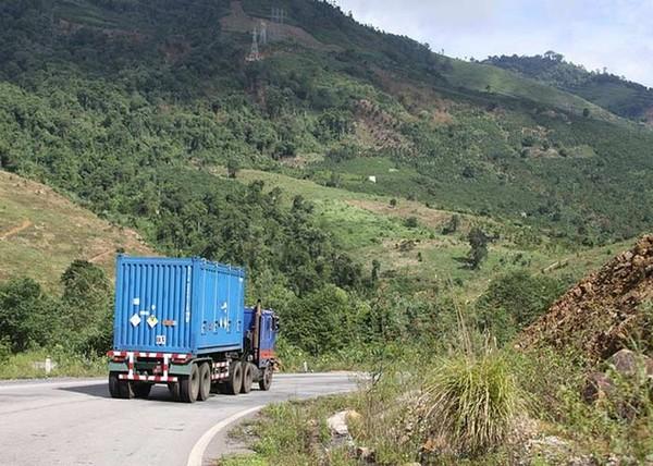 Hình ảnh xe container mang biển số quân đội vận chuyển nhiên liệu hạt nhân của Việt Nam được chuyển về Nga.