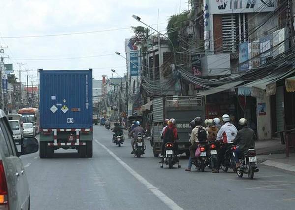 Không nhiều người trên đường biết được rằng trong chiếc xe container màu xanh đang lưu hành trên đường chở nhiên liệu hạt nhân có thể chế tạo được bom nguyên tử.