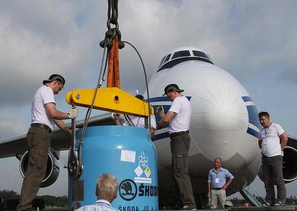Những thanh nhiên liệu này sẽ được bảo quản trong một thế bảo lưu trước khi được chuyên chở bằng đường không.