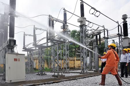 Vệ sinh lưới điện phân phối đang mang tải bằng nước áp lực cao