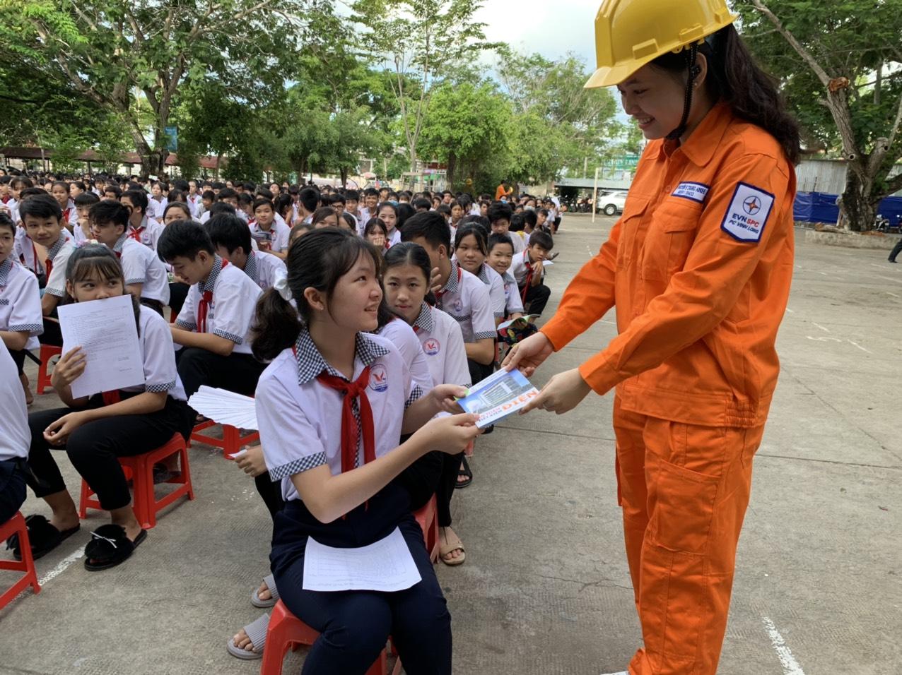 PC Vĩnh Long tuyên truyền tiết kiệm điện cho học sinh
