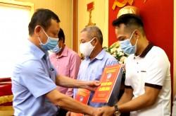 Than Nam Mẫu trao sổ tiết kiệm cho gia đình công nhân khó khăn
