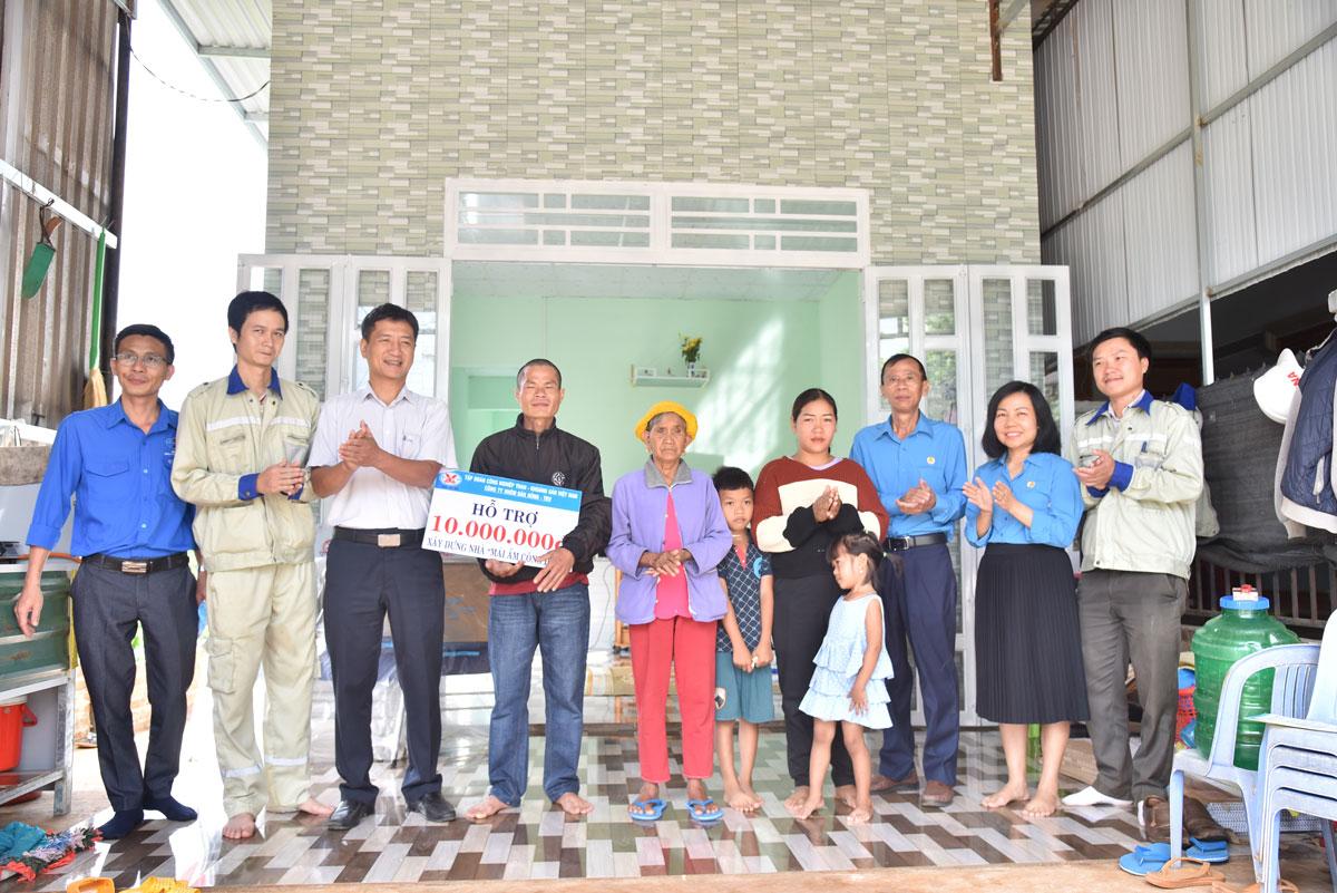 Công ty Nhôm Đắk Nông trao nhà 'Mái ấm công đoàn'