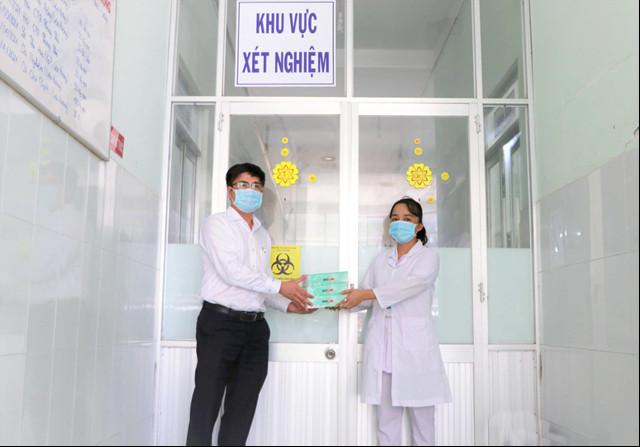 Nhiệt điện Vĩnh Tân tặng 200 bộ kit xét nghiệm nhanh Covid-19 cho huyện Tuy Phong