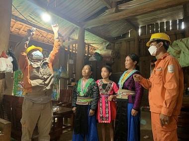 Thêm 53 hộ dân tộc H'Mông tại Sơn La có điện lưới quốc gia
