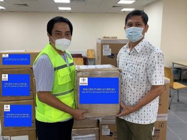 EVNNPC tặng thiết bị y tế cho đồng nghiệp khu vực phía Nam