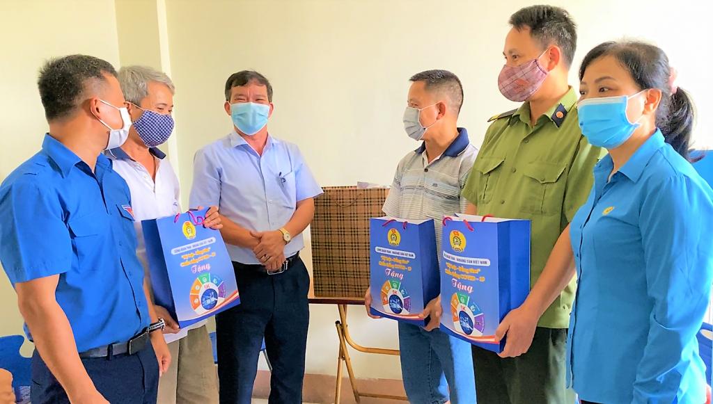 Công đoàn TKV thăm, tặng quà người lao động Than Hạ Long