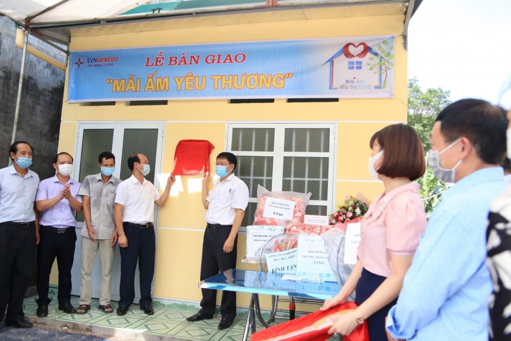 Công ty Nhiệt điện Mông Dương trao tặng nhà 'mái ấm yêu thương'