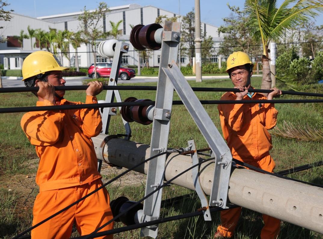 EVNSPC hỗ trợ Điện lực miền Trung khắc phục hậu quả bão số 9