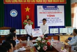 Chủ tịch HĐTV EVNNPT trao quà nhân Tháng tri ân khách hàng