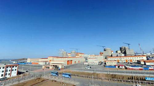 Theo China Daily, nhà máy điện hạt nhân Hongyanhe nằm ở tỉnh Liêu Ninh. Giai đoạn 1 của dự án là xây 4 tổ hợp phát điện từ năm 2007 với chi phí 7,96 tỷ USD và dự kiến hoàn thành vào cuối năm 2015. Khi đưa vào hoạt động 4 tổ máy phát điện, nhà máy sẽ cung cấp sản lượng điện 30 tỷ kwh. Giai đoạn 2 của dự án sẽ xây 2 tổ máy phát điện với vốn đầu tư 25 tỷ USD, bắt đầu từ tháng 5/2010 và dự kiến hoàn thành vào cuối năm 2016. Sau khi hoàn thành cả 2 giai đoạn, nhà máy sẽ có tổng sản lượng điện là 45 tỷ kwh.