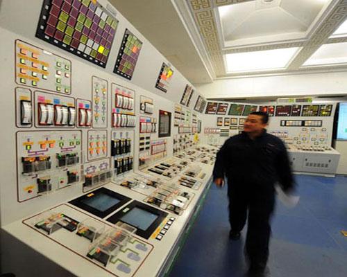 Một kỹ thuật viên kiểm tra tại phòng điều khiển của tổ máy phát điện số 1.