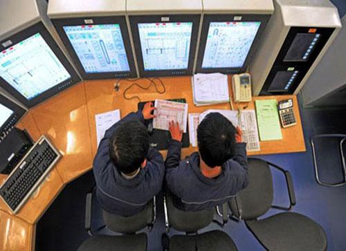 2 kỹ thuật viên cùng vận hành và ghi chép tại phòng điều khiển.