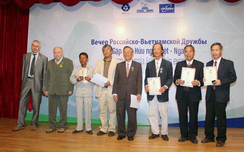 Rosatom tặng kỷ niệm chương cho 6 nhà khoa học hạt nhân Việt Nam