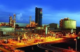 Công nhân bốc xếp sản phẩm tại Nhà máy Ðạm Phú Mỹ.