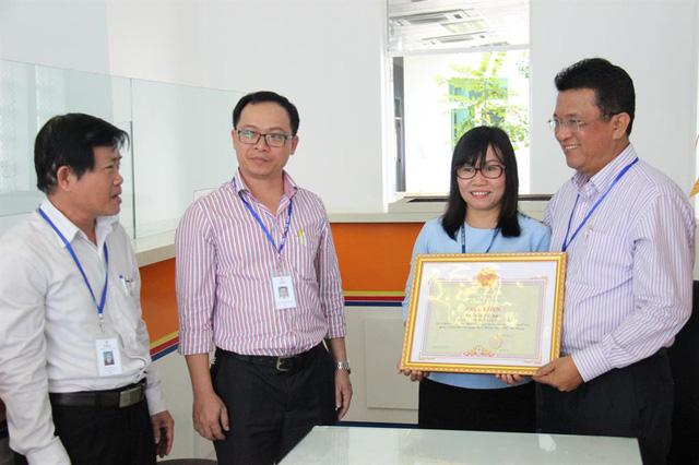 Tặng bằng khen cho nhân viên Điện lực Đà Nẵng trả lại 1 tỷ đồng