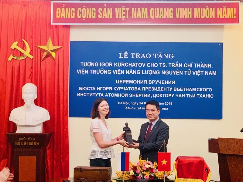 Viện trưởng Vinatom được tặng thưởng tượng Viện sỹ Igor Kurchatov