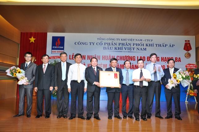 Đại diện lãnh đạo Tập đoàn Dầu khí Quốc gia Việt Nam đã trao Huân chương Lao động hạng Ba cho PV Gas D