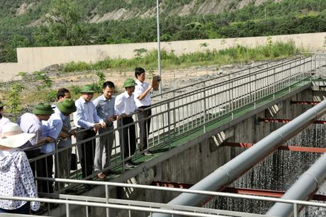 Đồng chí Phó Chủ tịch UBND tỉnh Quảng Ninh kiểm tra tại Trạm xử lý nước thải, Công ty Cổ phần Than Cọc Sáu.